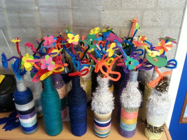 Moederdag cadeautje geknutseld met de kids!  Allerlei soorten wol, lijm en draaien maar! De bloemen zijn gemaakt van draad en papier.  Heel veel leuke reacties ontvangen.