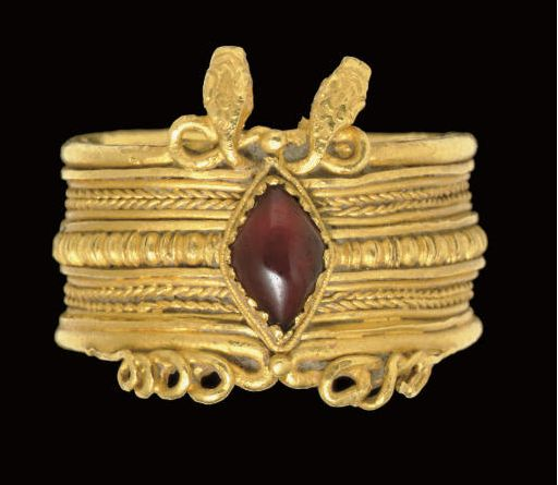 A GREEK GOLD AND GARNET FINGER RING     HELLENISTIC PERIOD, CIRCA 3RD CENTURY B.C.