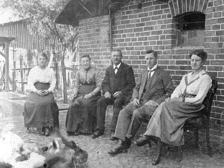Eduard Carl August Zander (mitte) mit seiner Frau Bertha, geb. Papenfuß (links neben ihm) und ihren Kindern Elsa, Paul und Hedwig vor ihrem Haus bei Stemnitz, Kreis Schlawe (Pommern). Um 1915