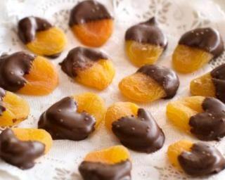 Bouchées d'abricots secs Croq'Kilos au chocolat amer : http://www.fourchette-et-bikini.fr/recettes/recettes-minceur/bouchees-dabricots-secs-croqkilos-au-chocolat-amer.html