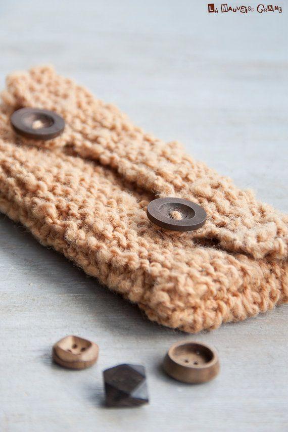 Petite pochette tricotée à la main en point mousse. La laine utilisée nous est fournie par des petits producteurs locaux (Somme), elle est complètement naturelle, nettoyée et filée à la main par nos soin, sans agent chimique. Cette jolie couleur brune est obtenue à partir dune teinture végétale à base de fougère de notre jardin.