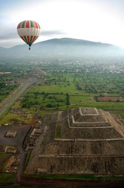 Teotihuacan, Mexico. Vista desde el aire. Piramide del Sol debajo y Piramide de la Luna al fondo.