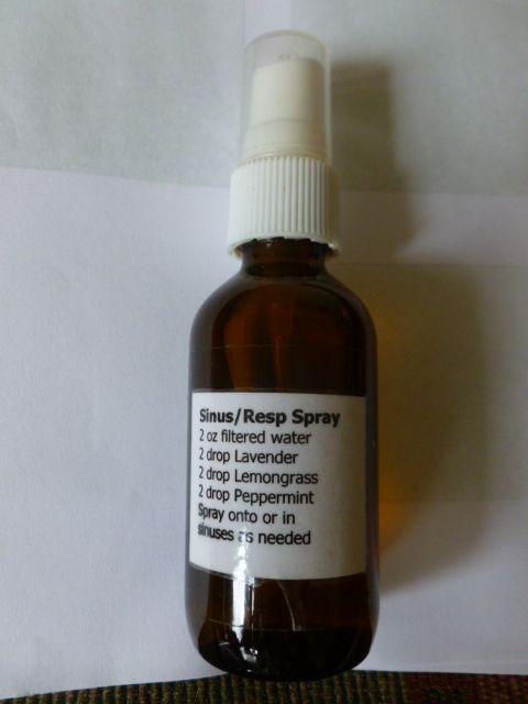 Sinus / Spray respiratoria - En una botella de spray de 2 oz, añadir 2 gotas de lavanda, 2 gotas de hierba de limón, 2 gotas de menta y rellene con agua destilada. Rocíe sobre o en los senos nasales, según sea necesario. Destapa sus fosas nasales al instante. Lleve éste conmigo todo el tiempo para el alivio rápido. (Todos los aceites son Young Living) - sitio web youngliving.org / ... de pedir sus aceites ahora
