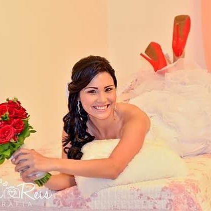 Buque Alana Rosas vermelhas combinando com sapatos. Linda. @raquelpradolacerenza A Floreira Design Floral