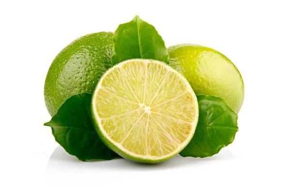 Substitua o ALVEJANTE QUÍMICO por limão ! Coloque as roupas de molho em água quente com suco de limão.