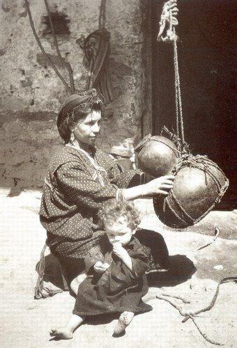 Ouacifs - Une Jeune fille kabyle avec sa gourde prépare le petit lait. : Album photo - aufeminin.com : Album photo - aufeminin.com - aufeminin