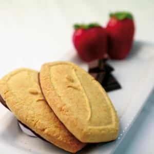 Heerlijk koekje met aardbei smaak en chocoladelaag!