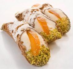 """I cannoli siciliani, una ricetta antica e originale. …Beddi cannuola di Carnivali…su biniditti spisi li dinari…ogni cannolu è scettru di Re…"""""""