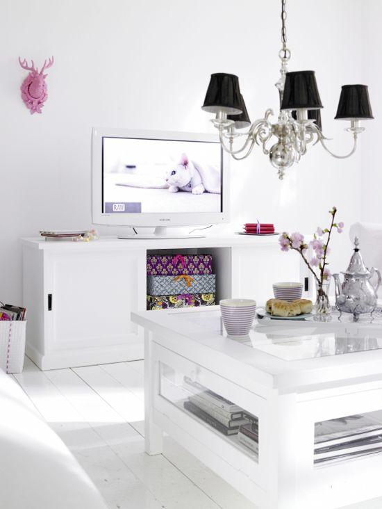 OMG²²²²... o que é essa TV branca, esse lustre e as caixas de presente???? Oo