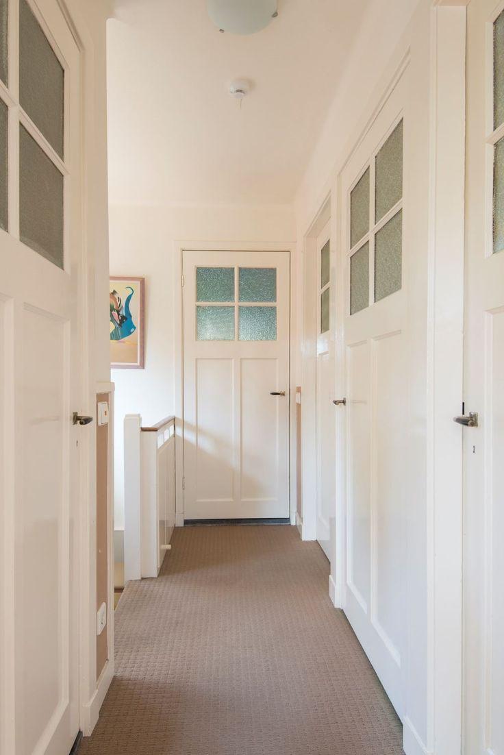 Jaren30woningen.nl | Overloop van een #jaren30 woning met mooie #paneeldeuren