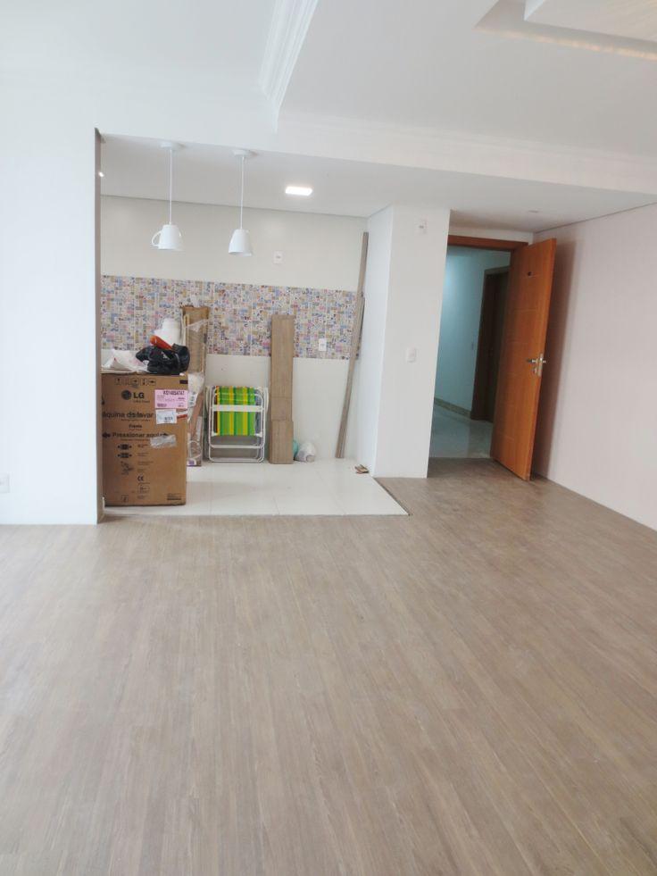 O piso do apê já está instalado! Escolhemos o laminado Amêndola Vergara da marca Durafloor. Optamos por um piso que tivesse o sistema click, que não usa cola.A instalação é muito rápida e sem suje…