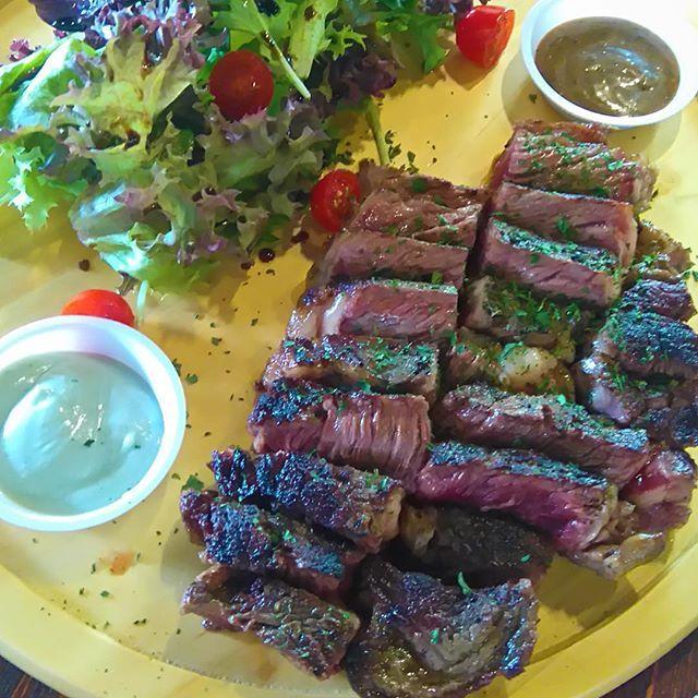 今夜は長男の空手の試験があったので #奮発した #リブアイステーキ #ribeyesteak #リブアイ #ribeye #ステーキ #steak #エッセン #essen #burgerbuddies #夕飯 #dinner #肉 #やっぱりお肉 #meatlover #withwine #まずいはずがない #シンガポール #singapore