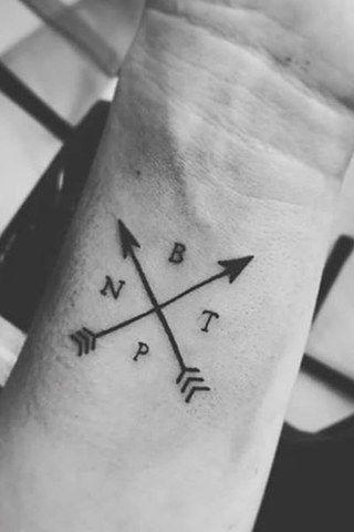 Une jolie flèche stylisée pour un tatouage dans le dos très féminin.
