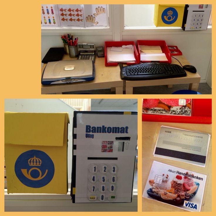 Vårt lek-kontor. Här finns brevlåda och bankomat gjorda av skokartonger. Det finns sedlar och laminerade Visakort till bankomaten, olika slags papper, post-it-lappar, blanketter och kuvert.
