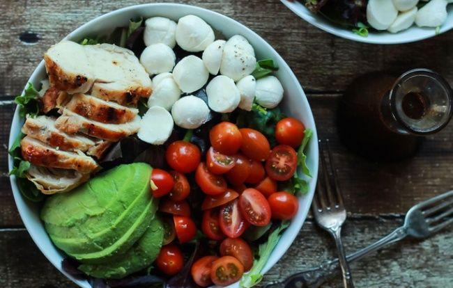 Капрезе с курицой 1 кур грудка 1 моцарелла 1 авокадо соль 200 г листьев салата8 черри заправка:1зуб чеснок1ст. л.дижонской горчицы 1 ст. л. лим сока 1/4 чаш бальзам. уксус 1/3 чаш. олив масла соль В миске смешать чеснок,горчицу, лим сок,бальзам уксус, соль и перец Медленно добавить оливковое масло, взбивая все время. Куриную грудку нарезать на кус., обжарить в течение 6 м.нарезать пополам черри, моцареллу, авокадо.На дно миски-листья салата,добавить все нарез. ингред. и полить бальзам.уксус