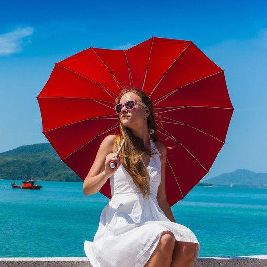 Anna rakkaimmallesi lahja, joka kertoo, mitä tunnet häntä kohtaan. Tämä ihastuttava, sydämenmuotoinen sateenvarjo tuo pienen silauksen romantiikkaa jokaiseen päivään. Täydellinen ystävänpäivä- tai syntymäpäivälahja, joka saa takuuvarmasti ihastuneen vastaanoton!