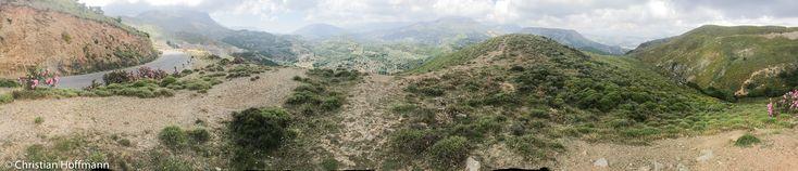 Über das Töpferdorf Margarites und das Kloster Arkadi erreichen wir den Rand des Amari Beckens ein geschütztes Tal in den Bergen Kretas. Uns beeindrucken die Berge auf Kreta. Passstraßen würden wir das nennen, wie es hier durch die Berge geht, zwischen den Bergrücken des Kedros (fast 1800 Meter hoch) und des Berges Psiloritis.   #Griechenland #Imbros-Schlucht #Insel #Kloster #Kourtaliotiko-Schlucht #Kreta #Küste #Plakias #Preveli #Schlucht #Spili