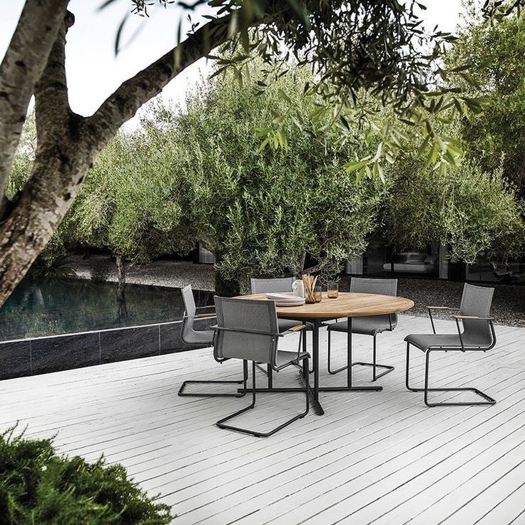 Beautiful outdoor furniture is a must to complete the beautiful scenery of a breezy summer evening. | www.homedecorideas.eu | #outdoorfurniture #furnitureideas #exteriordecor