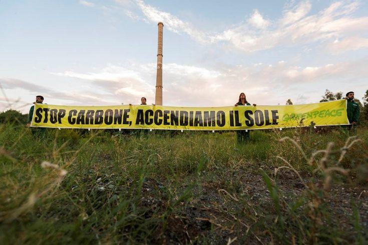 """Greenpeace ha lanciato il messaggio """"stop carbone"""" con una scritta di 70 m dalla ciminiera della ex Liquichimica di Saline Joniche"""