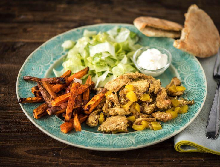 Pitabroodjes met kruidige kipshoarma en bataat-frietjes