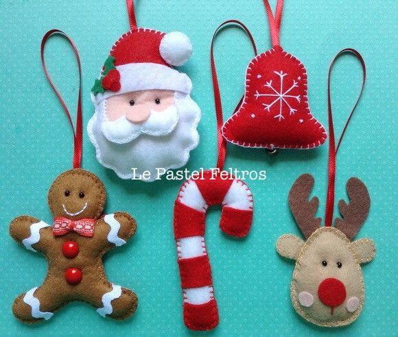 Enfeite para árvore de Natal costurados em feltro com detalhes de fita de cetim, guizos e botões. <br> <br>Preço por unidade.