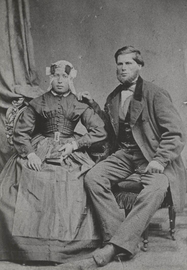Echtpaar van Terschelling. De vrouw is gekleed in streekdracht. De man draagt modekleding. 1865-1870 #Terschelling