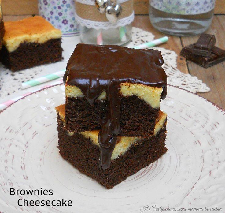 I brownies cheesecake sono degli irresistibili quadrati di torta al cioccolato arricchiti con una deliziosa cheesecake e ricoperti di ganache al cioccolato.