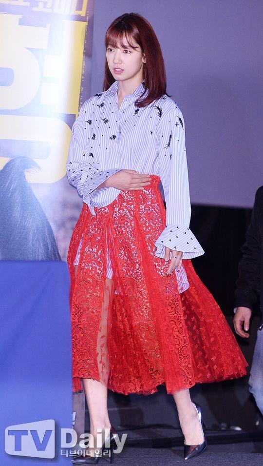 Netizen unsatisfied with Park Shin Hye's 'onion net' outfit - http://www.kpopvn.com/netizen-unsatisfied-with-park-shin-hyes-onion-net-outfit/