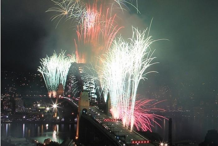 Ponte de de Sidney Harbour é iluminada pela queima de fogos na virada do ano