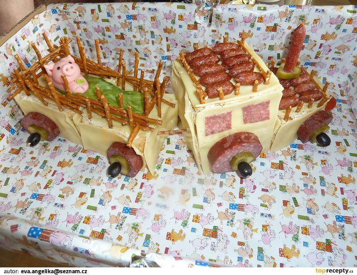 toustový chléb namažeme dle chuti salátem, sýrem, pomazánkovým máslem...  podobě traktoru se meze nekladou... velmi jednoduché - viz. vzor obrázek