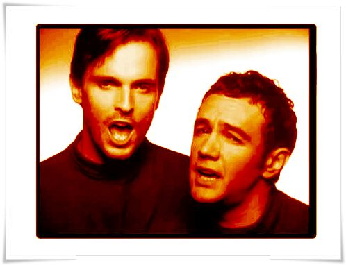 Miguel Bosé con Rafa Sanchez.   Imagen del videoclip Manos vacías.  Álbum: Los chicos no lloran (1990)
