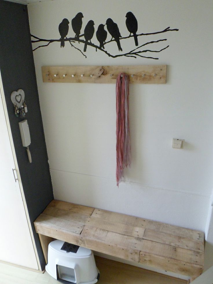 Tafeltje en kapstok van pallethout, een grijs wandje magneet/schoolbordverf, en de zelf geschilderde vogeltjes. Wij zijn er blij mee!