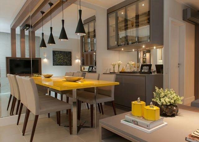 Sala de jantar moderna em tons neutros, com o tampo da mesa amarelo em um lindo contraste!