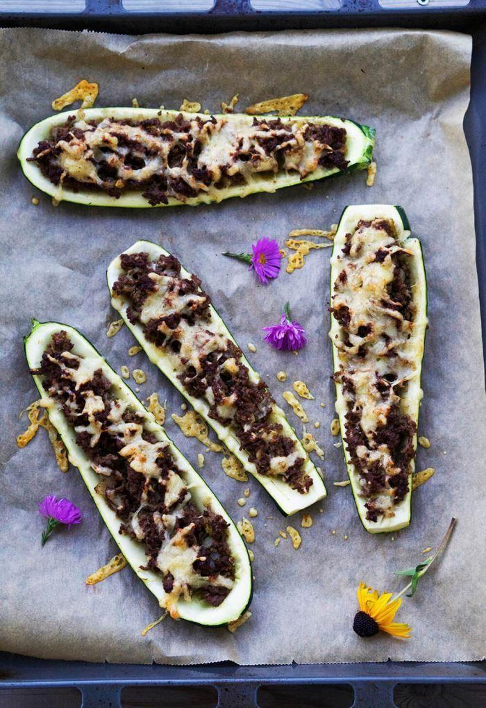 Dessa fyllda zucchini med köttfärs är både goda och enkla att göra. Här får du receptet på denna vardagsrätt att äta tillsammans med ris eller matvete.