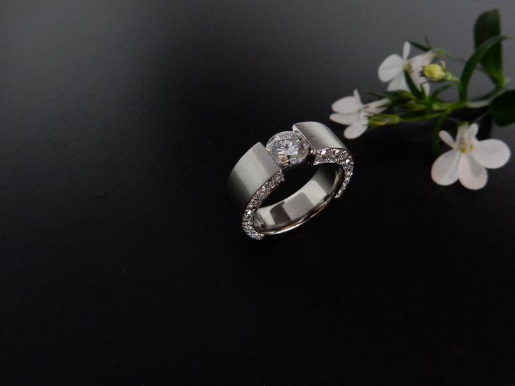 Handgemaakte witgouden ring met diamant. In opdracht vervaardigd.