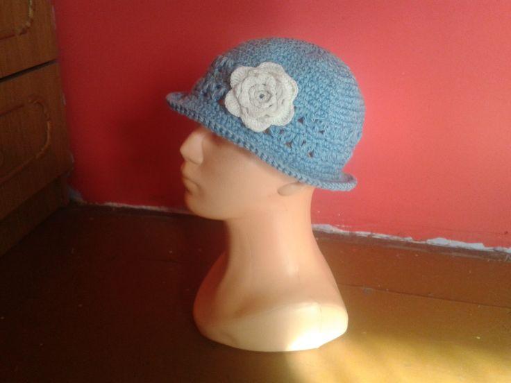 Niebieski kapelusik z kwiatkiem.