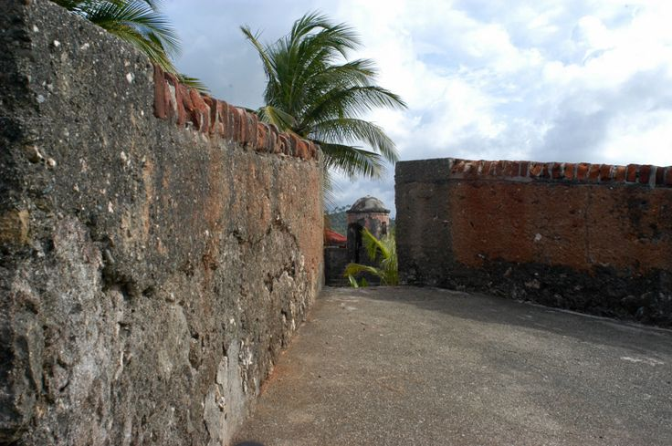 Capanne indigene di legno e palme con pavimento di terra, case coloniali spagnole con piastrelle francesi.