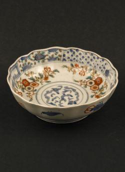 Kakutomi Imari rice bowl. Edo period (1603 - 1868) Imari rice bowl with flower in hexagonal Kikkomon decor with bats and auspicious objects painted to the reverse #antique #japaneseporcelain