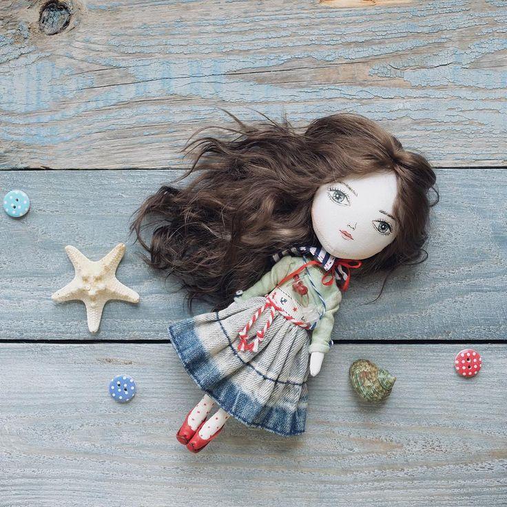 Голубоглазая девочка Вишенка #🍒#💙#⚓️#🗻 #МойМорскойСтиль для @names_ru   ______________________________  Кукла сшита по моей собственной выкройке (хлопок, шерстипон, грунт).  Берет съёмный, расписан вручную и украшен красным помпоном. Футболка из тонкого хлопка ручного окрашивания с рисунком 🍒 Юбка из тонкого денима. Съемный воротник в морском стиле. Чулочки из тонкого хлопкового трикотажа с ручной росписью. Одежда не снимается. В комплекте баночка с вишенками. Туфли из натуральной кожи…
