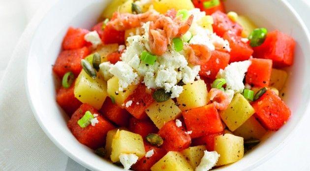 Gaar de aardappelen in de schil in licht gezouten water. Pel de aardappelen en snijd in stukken. Snijd de watermeloen in blokjes en snipper de lente-ui fijn. Rooster de pompoenpitten …