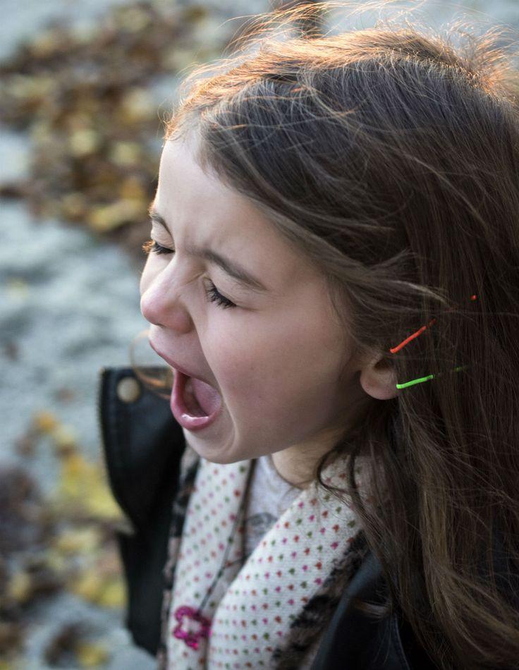 Wie du bei den Wutanfällen deines Kindes ganz ruhig bleiben kannst?   Dein Kind wird deine eigenen kindlichen Erfahrungen, deine damals geformenten Glaubenssätze triggern und ankurbeln. Das ist gut, wenn du dies begrüßt und ein offenes Ohr für dich UND dein Kind hast.