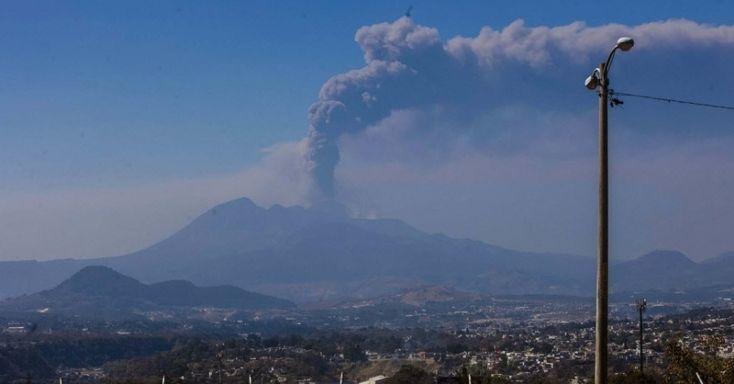 2.mar.2014 - Visão geral da erupção do vulcão Pacaya, neste domingo (2), na Cidade da Guatemala. Autoridades da Guatemala declararam estado de alerta preventivo para a erupção do vulcão Pacaya, situado a 47km ao sul da capital Imagem: Saul Martinez/EFE