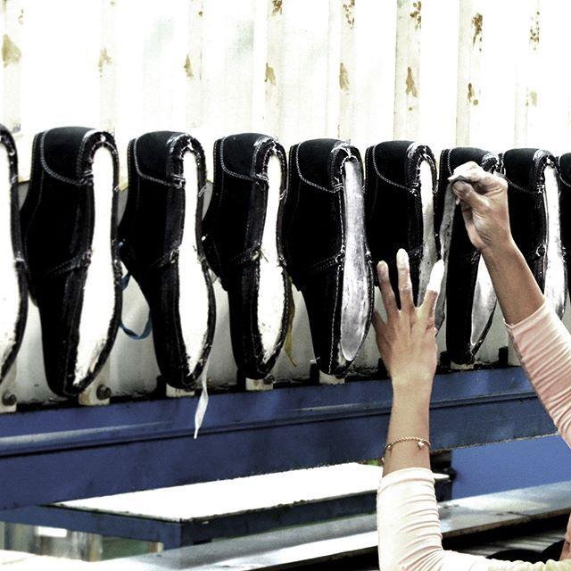 Tidak ada kata terlambat untuk mulai memakai sneakers. Cobalah variasi sneakers Ardiles yang cocok dengan gaya dan aktivitas kamu. Bahan karet organik jadi garansi pakem alas kaki trendi ini. www.ardilesmetro.com  #ardiles #ardilessneakers #sneakers #indonesia #madeinIndonesia #NaturalRubber #doodle #fashion #pictoftheday #ootd #casual #keren #kekinian #livefolkindonesia #traveling #jalan2man #indie #jakarta #bekasi #surabaya #medan #palembang #pekanbaru #manado #tangerang #bandung…