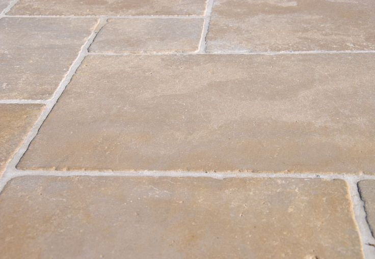 Carrelage en pierres naturelles beige pour dallages et for Carrelage sol interieur 20x20