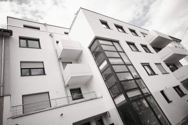 Mitten in Köln wurde in einem Penthouse ein moderner Wohntraum verwirklicht. Dabei wurde auf Weiß, Holz und klare Linien gesetzt.