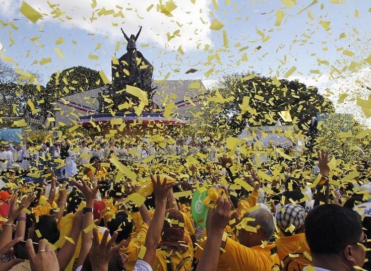 Lundi 25 février. Les Philippins célèbrent le 27e anniversaire de leur révolution. Le président des Philippines, Benigno Aquino, a signé lundi un texte de loi instituant un fonds d'indemnisation pour des milliers de victimes de la dictature de Ferdinand Marcos, 27 ans après sa destitution par la rue. (Photo Romeo Ranoco. Reuters)