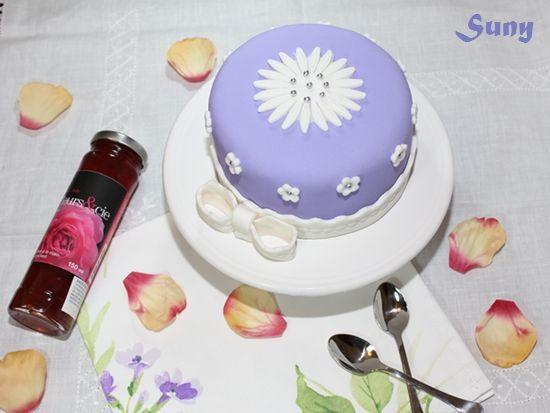 Esta es la primera tarta que hice con fondant.  http://rositaysunyolivasenlacocina.blogspot.com.es/2011/07/tarta-fondant-con-almibar-de-rosas.html