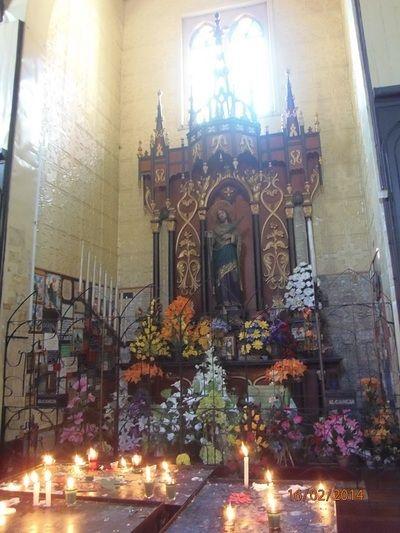 Altar, velas votivas.