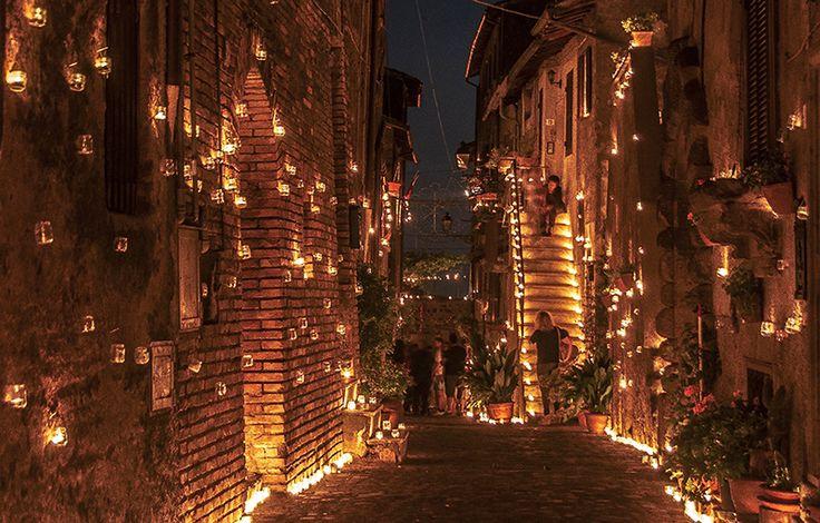 scorcio villaggio illuminato con candele
