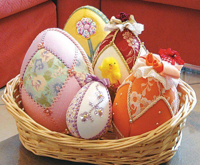 Polistirolo e stoffa per un patchwork senza ago. Per la realizzazione questo patchwork senza ago iniziamo tracciando in modo leggero le linee sull'uovo di polistirolo. Non sottovalutiamo questo pu...